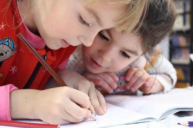 Des enfants à leur bureau qui écrivent